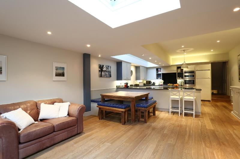 Melody Road, (IVY LETTINGS). Fully managed, free w - Image 1 - London - rentals
