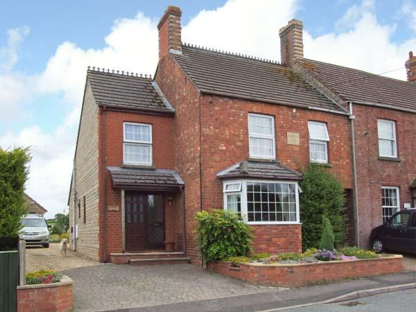GLADSTONE VILLA, pet-friendly, WiFi, sun room, BBQ in Dursley Ref 903875 - Image 1 - Frocester - rentals