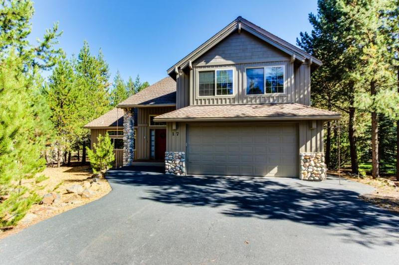 Cozy, dog-friendly home w/ private hot tub & SHARC access - great location! - Image 1 - Sunriver - rentals