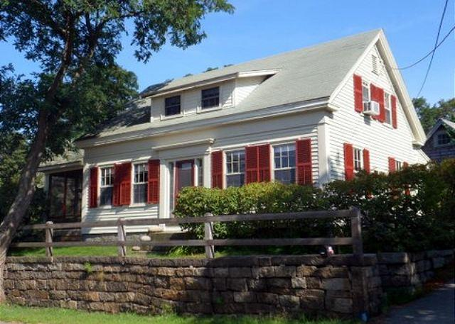 Happy Days Cottage: Charming Folly Cove house with waterfront deck - Image 1 - Rockport - rentals