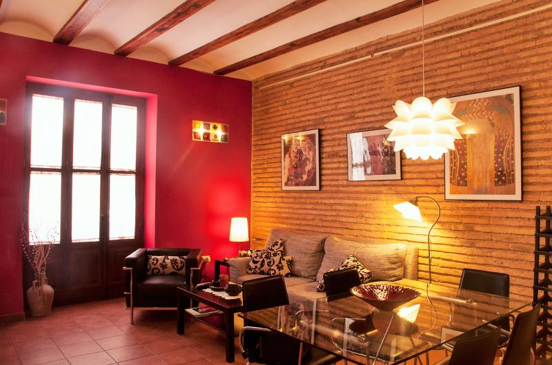 General view of dining room, with its original wooden beams and face brick wall. - LOVELY LOFT IN VALENCIA-WIFI-HUGE GARDEN NEARBY - Valencia - rentals