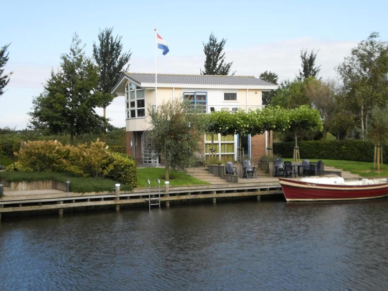 Luxes Villa Lisdodde 2, waterfront with launch boat - Luxe Villa Lisdodde 2 at the waterfront, launchboat - Workum - rentals