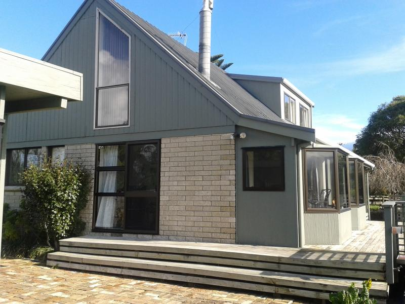 Front house with deck - Large Kiwi Cottage near stunning NZ bush. - Waihi - rentals
