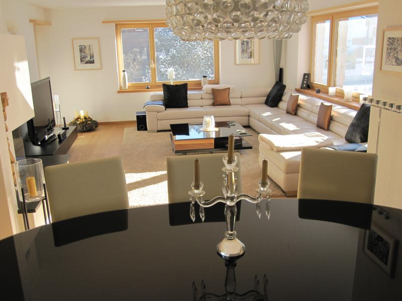 Spacious and Elegant Living and Dining Room - Klosters Apt. 8 Mins walk to Lifts + Sauna.  Excellent Value! - Klosters - rentals