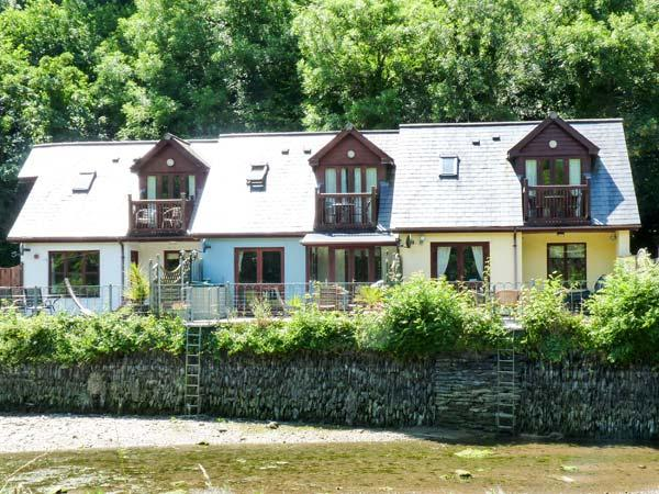 WATERSIDE COTTAGE, en-suite bathrooms, garden overlooking river, patio with furniture, Ref 14509 - Image 1 - Little Petherick - rentals
