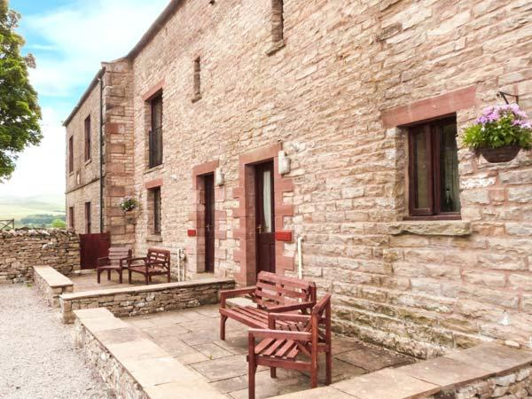 OLD BYRE COTTAGE, upside down accommodation, play area, patio, Newbiggin-on-Lune Ref 17244 - Image 1 - Newbiggin-on-Lune - rentals