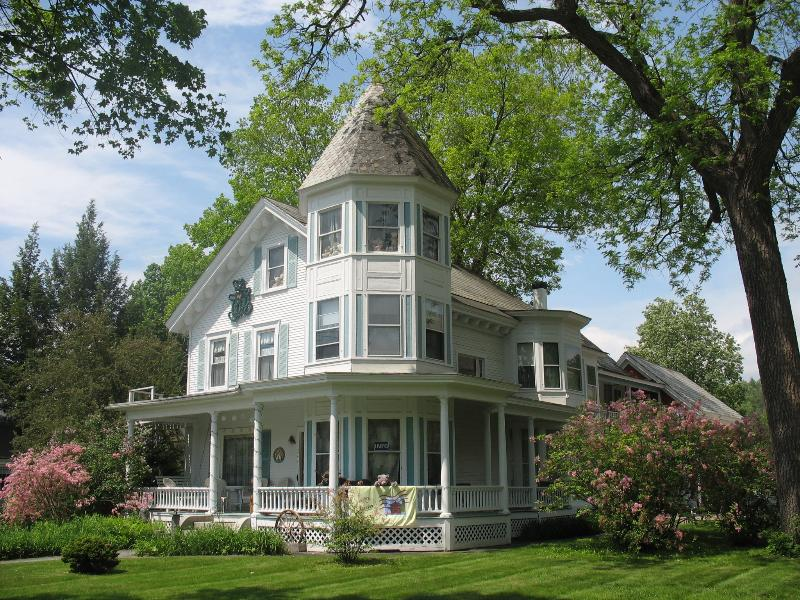 Spring at the Inn - Hugging Bear Inn & Shoppe- rent entire Inn - Chester - rentals