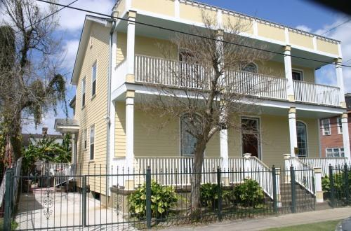 Front and side view of property - New Orleans Garden District Upscale Home - New Orleans - rentals