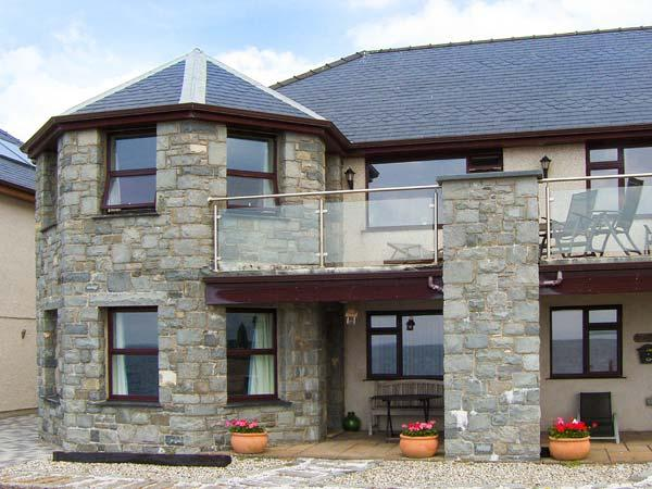 THE ANNEX AT PENHELI, ground floor, WiFi, patio with furniture, beach across the road, Ref 913797 - Image 1 - Barmouth - rentals