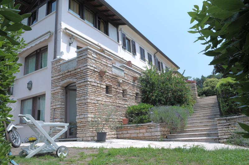 view of the entrance of the flat - large elegant apartment in luxury villa city center, private pool, large garden - Verona - rentals