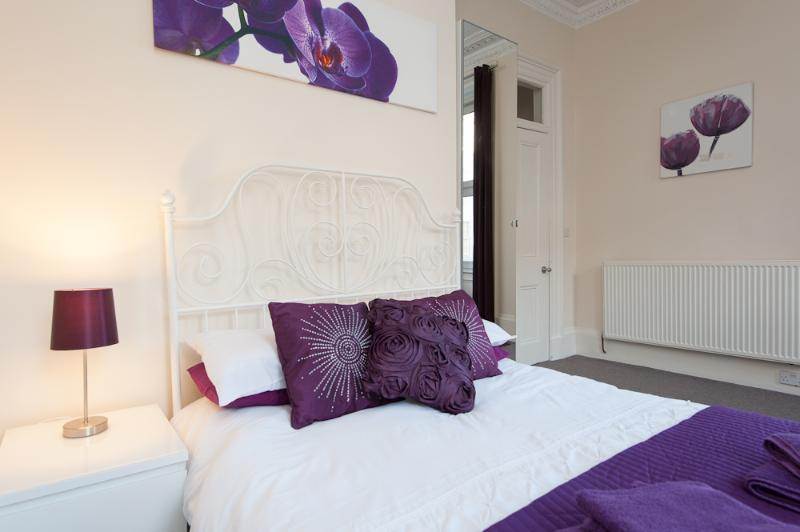 Large Bedrooms and great features - Genuine City Centre Sleeps 6 - Edinburgh - rentals