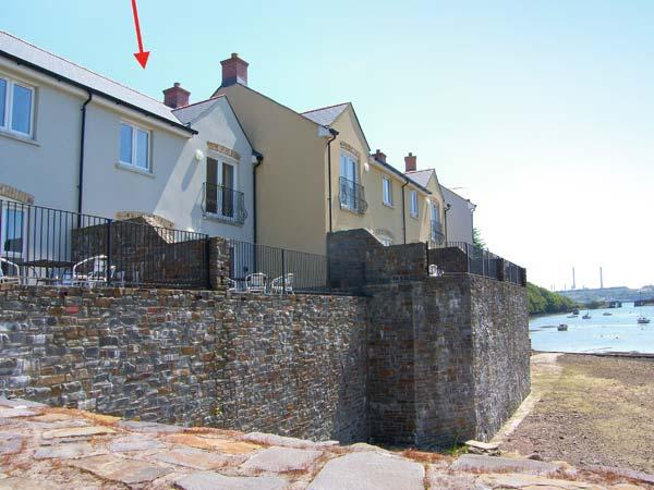 HERON, en-suite facilities, WiFi, terrace with furniture, bike/ kayak storage, direct access to beach, Ref 914769 - Image 1 - Milford Haven - rentals