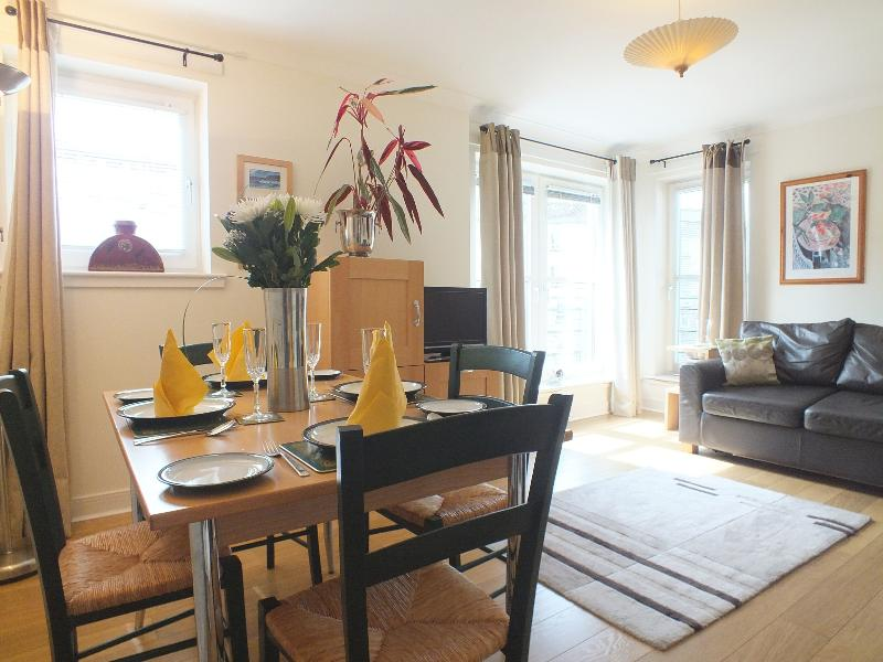 living dining - Old Town Holyrood  Apt 2 bed apt /parking / wfi - Edinburgh - rentals