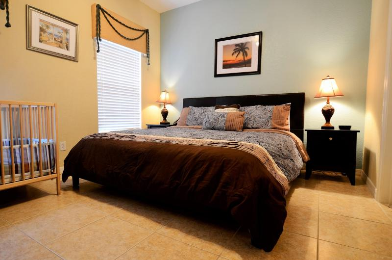 master suite with king bed and inside bathroom on first floor - From $70 4br/3ba townhome with hot tub / lake view - Kissimmee - rentals