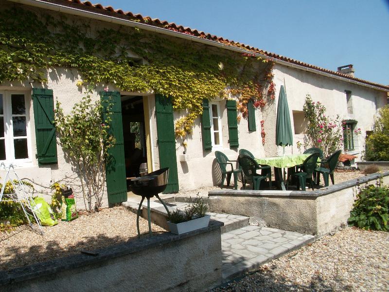 South facing with sun and shade - Papillon - La Roche Chabrelle - North Dordogne - Brantome - rentals