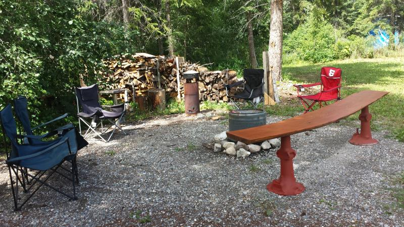Outdoor firepit - Mardals Hideaway #1 (1 Bedroom) - Golden - rentals