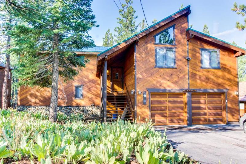 Community pool/hot tub, golf, beach club, skiing, etc! Dog-friendly too! - Image 1 - Truckee - rentals