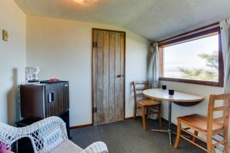 Oceanfront upstairs condo w/beach access - dogs welcome! - Image 1 - Waldport - rentals