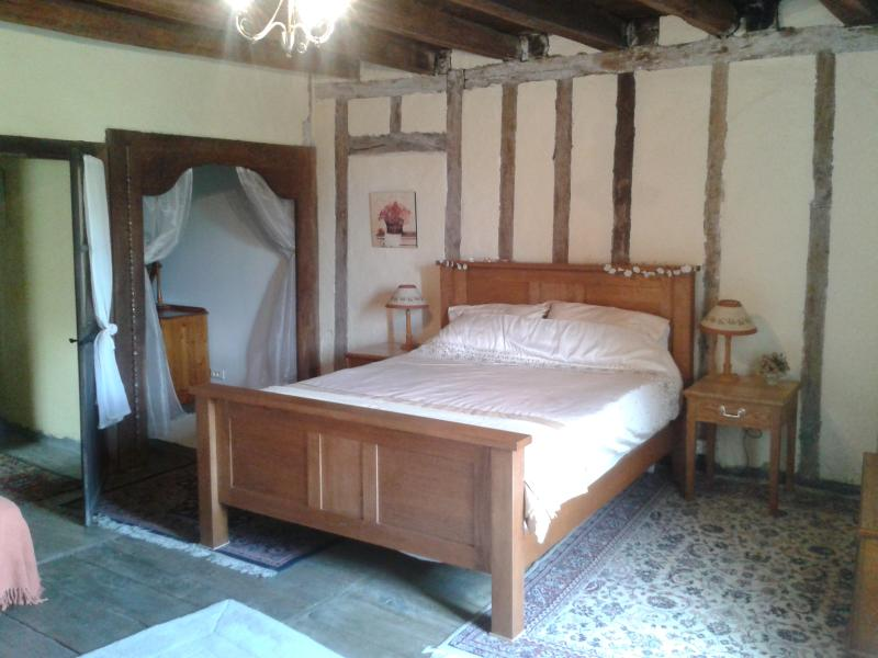 Master Bedroom with King Size Bed - 17TH CENTURY FARMHOUSE - Saint Junien - rentals