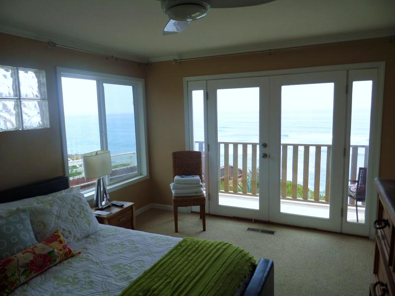 Comfortable King Bed, overlooking waves, and view deck - 601 Pacifica Solana, Oceanfront, Del Mar, Jacuzzi - Solana Beach - rentals