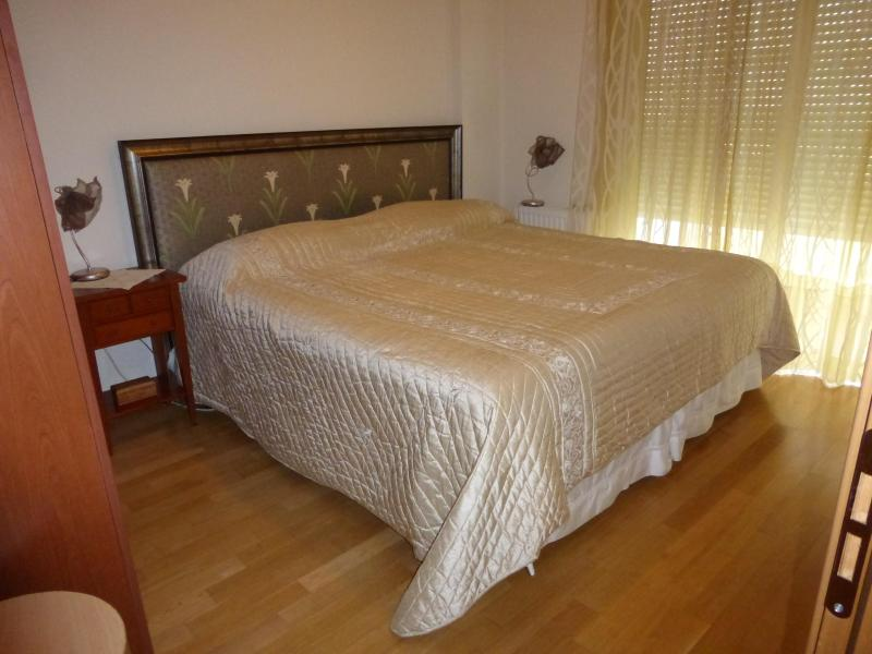 The bedroom with the king size bed - ELEGANT AND BRIGHT APARTMENT IN ATHENS - Elliniko - rentals