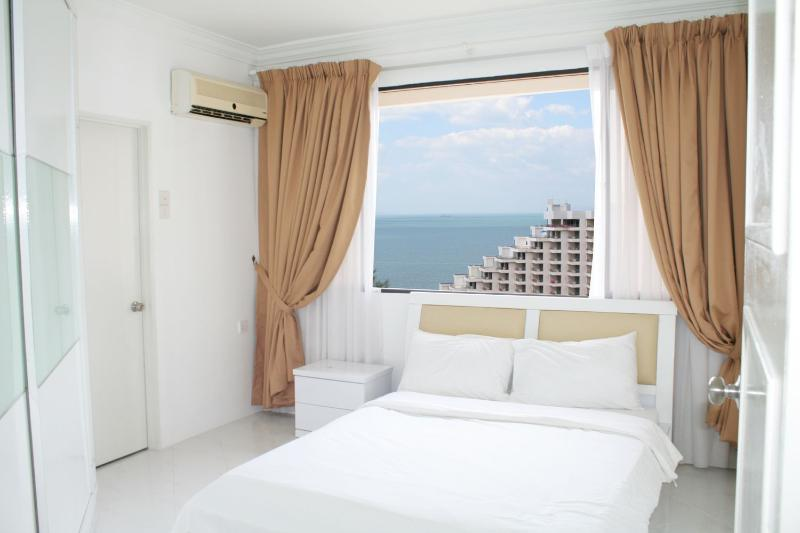 Seaview Master bedroom with en suite bathroom. - Home-Suites –  Amazing Oceanfront, Penang - Batu Ferringhi - rentals