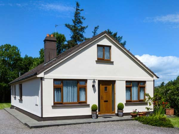 KILNANARE HOUSE, traditional, single-storey detached cottage, open fire, woodburner, lawned gardens, near Killarney, Ref 915137 - Image 1 - County Kerry - rentals