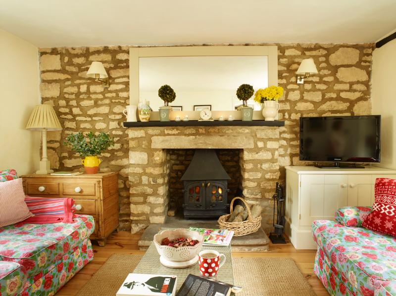 Sitting Room - Idyllic stone cottage in pretty village location - Ketton - rentals