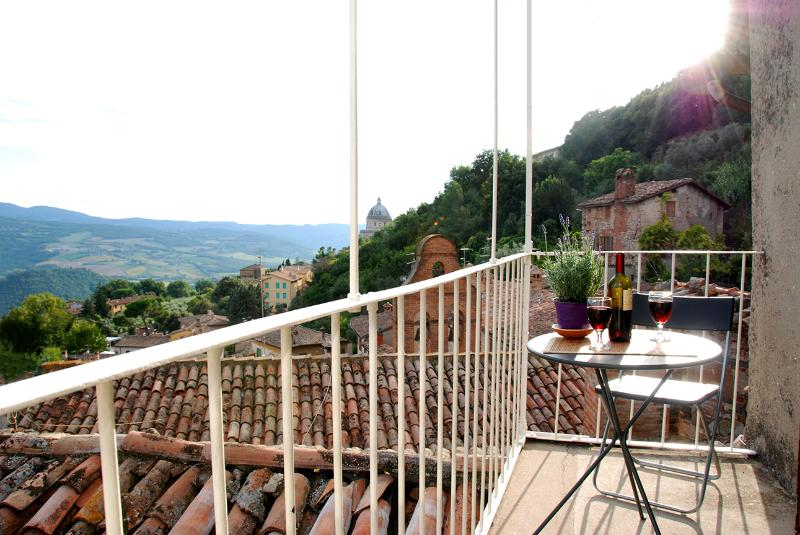 The balcony - CHARMING MEDIEVAL TOWNHOUSE WITH BREATHTAKING VIEW - Todi - rentals