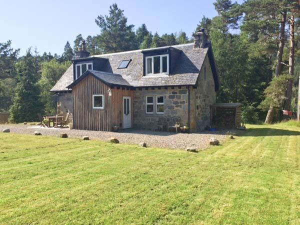 FEAGOUR, family friendly, country holiday cottage, with a garden in Laggan, Ref 3598 - Image 1 - Laggan - rentals