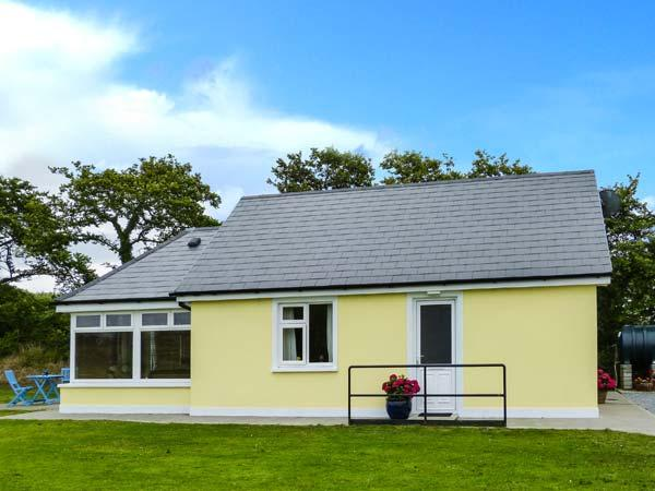 MOYBELLA LODGE, detached cottage with WiFi, en-suite, off road parking, garden, in Ballybunnion, Ref 914867 - Image 1 - Ballybunion - rentals