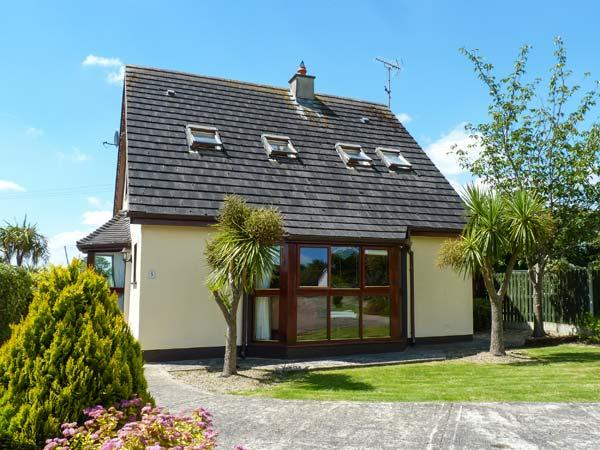 NO. 5 SANDYCOVE, detached cottage, two sitting rooms, open fire, beach close by, near Gorey, Ref 914752 - Image 1 - Ballymoney - rentals