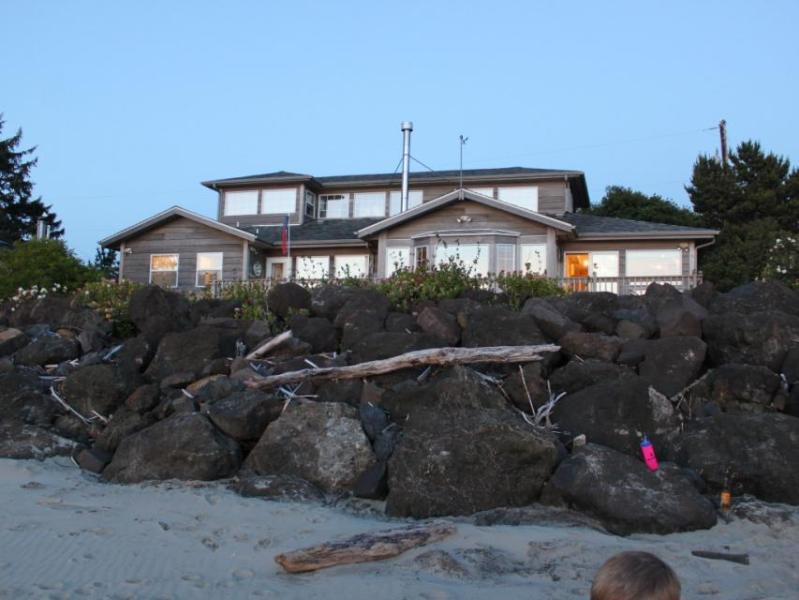Classic, bayfront family home w/ incredible views & beach access! - Image 1 - Waldport - rentals