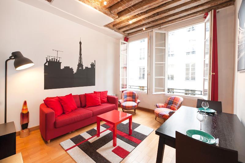 Living room giving to rue de l'arbre sec. All the apartment has double glass - Adorable 1BR near the Musée du Louvre - Paris - rentals