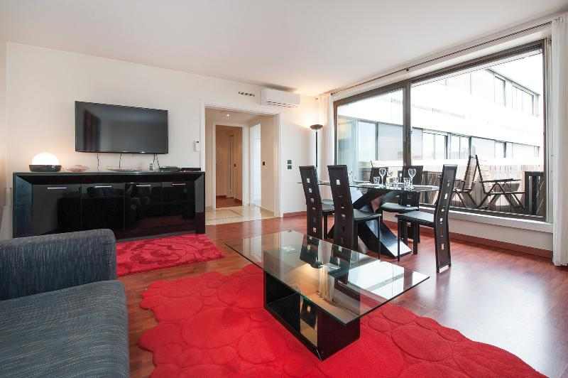 Living room with dining room and terrace in the back - Air-conditioned 3BR/2BTH with terrace near Champs - Paris - rentals