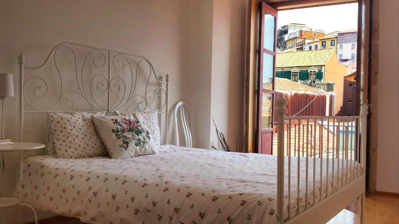 Quiet and charming Bedroom for you stay - Lovely & Romantic flat near Central Train Station - Porto - rentals