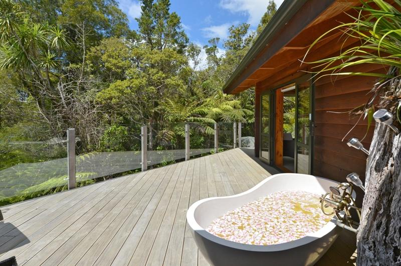 Romantic secluded outdoor bath on deck - Fern Ridge Hideaway -  Romantic Log Cabin - Northland - rentals