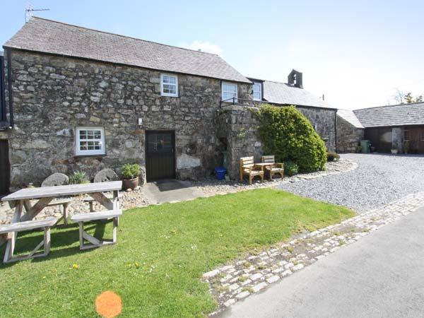 STABLE 2, family friendly, country holiday cottage, with a garden in Llanbedrog, Ref 8901 - Image 1 - Llanbedrog - rentals