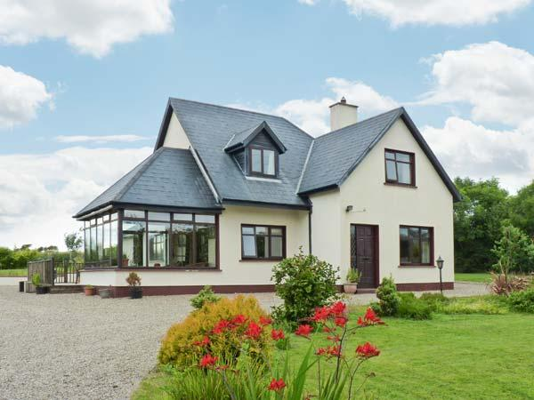 BRIDGE HOUSE, spacious detached cottage, large gardens, in Bannow near Carrick, Ref 915261 - Image 1 - Bannow - rentals