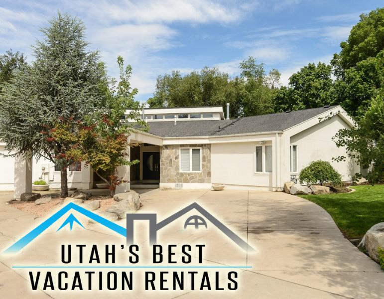 Gorgeous contemporary estate with circular driveway leading to carriage portico - Chic Royale Home! Gated+Creekside+Near Ski Areas - Salt Lake City - rentals