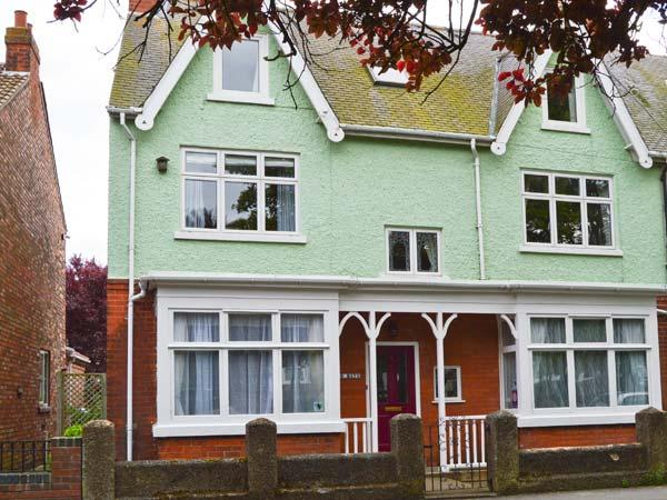 TWO BAYS, five bedrooms, small cottage garden, five mins from beach in Hornsea, Ref 16961 - Image 1 - Hornsea - rentals