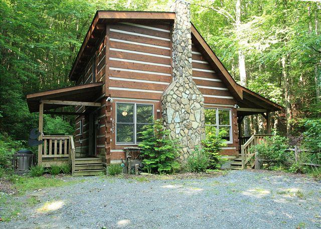 Andrea's Creek 3 off the beaten path, custom log cabin, hot tub, sleeps 6 - Image 1 - Boone - rentals