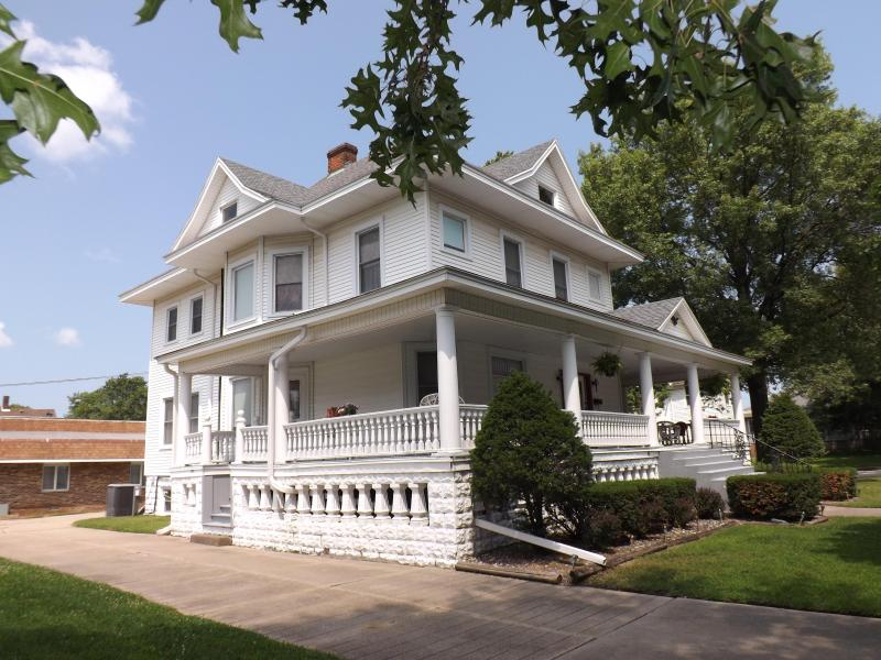 Side yard view of manor - The Memory Manor - Huge Beautiful Victorian Home - Watseka - rentals