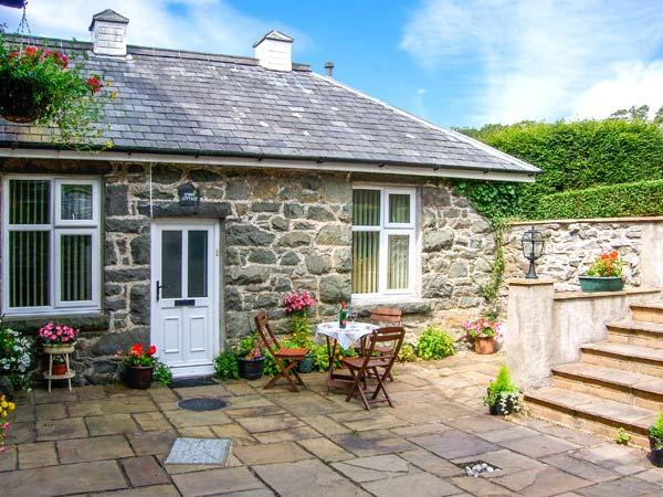 SRING COTTAGE, cosy, romantic retreat, pet-friendly, good for walking and cycling, in Dolgellau, Ref 24767 - Image 1 - Dolgellau - rentals