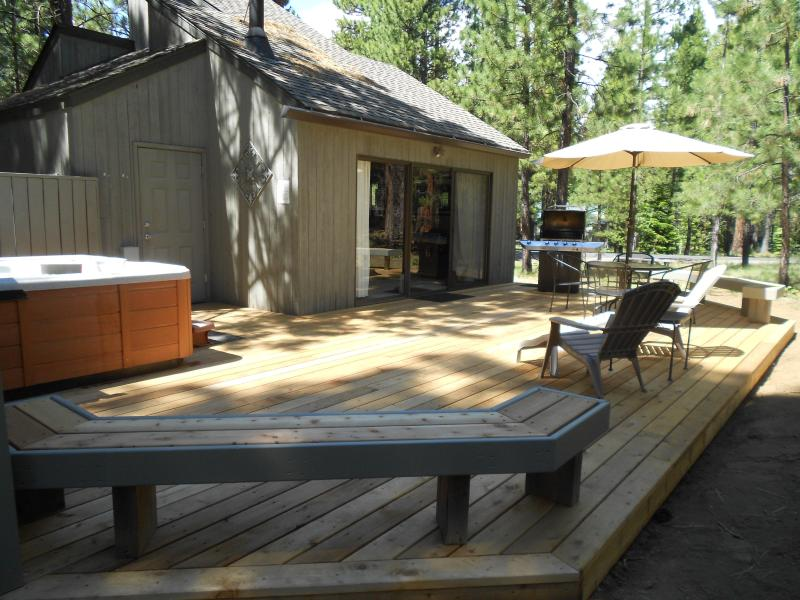 New 600 sf cedar deck in late day shade - *Private Hot Tub*, Updated Thru-out! Excellent Reviews!  3 bd/1b- Come Enjoy! - Black Butte Ranch - rentals