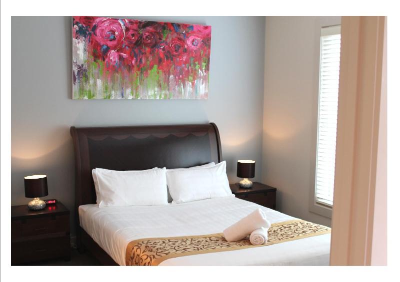 Queen Bedroom - VILLA ROWAN MELBOURNE - AFFORDABLE LUXURY - Keilor - rentals