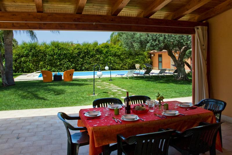 Meal in the patio - VILLA A MARE: wonderful villa with private pool at - Marina di Ragusa - rentals