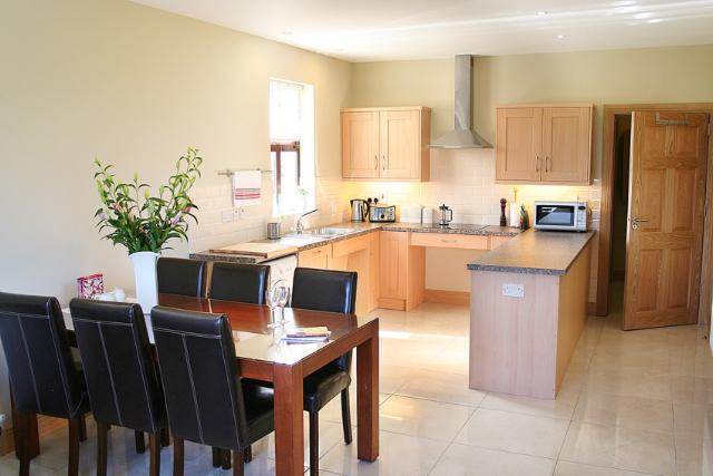 Fully equipped Kitchen and dining area - Deerpark Cottage, Co. Kildare, Ireland - Kilcullen - rentals