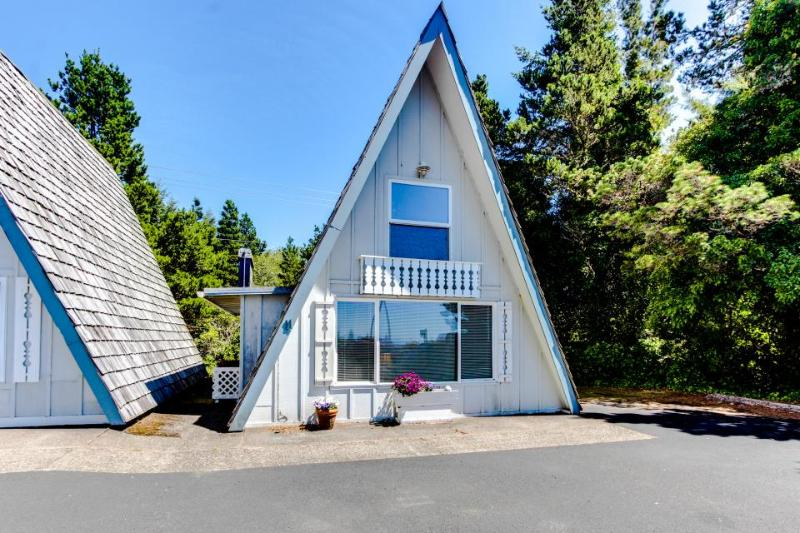 Dog-friendly, oceanfront cottage with beach trail and room for 6! - Image 1 - Otter Rock - rentals