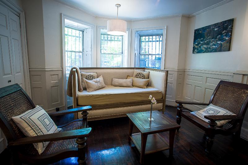 sitting area in large bedroom with twin daybed - Brooklyn Brownstone Full Floor Apartment - Brooklyn - rentals